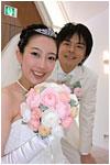 白いドレスにピンクのブーケ